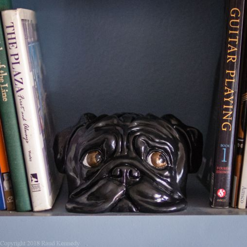 bookshelf pug statue black (1 of 1)